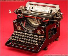 Máquina de Escribir Triumph Modelo 10 en Perfecto Estado Estético y Funcional, 1915. Writing Machine, Antique Typewriter, Door Numbers, Antique Show, Vintage Typewriters, Country Living, Antique Furniture, Cool Art, Classic Cars