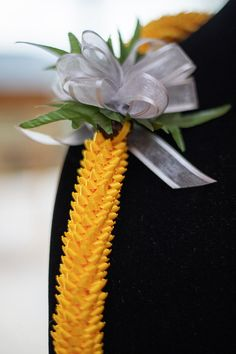 Yellow satin ribbon lei with a sheer silver ribbon perfect for any occasion - weddings, birthdays, graduations, or any special event. Ribbon Lei, Satin Ribbon Flowers, Diy Ribbon, Fabric Flowers, Money Lei, Flower Lei, Flower Garlands, Boho Flowers, Pink Flowers