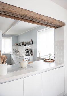 white white Scandinavian kitchen design with no handles Küchen Design, House Design, Interior Design, Design Ideas, Muebles Shabby Chic, Appartement Design, Scandinavian Kitchen, Scandinavian Style, Kitchen Lighting