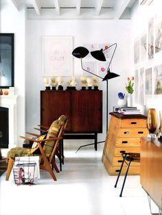 Quadro e objetos decorativos espalhados pela sala de estar