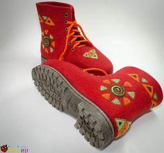 Ботинки `Забава для Елены Прекрасной`. Яркие, женские ботинки из войлока 'Забава' в фольклорном стиле. Ботинки сваляны из кардочеса, пятка и носок утеплены дополнительно. Элементы декора набиты и расшиты шелковыми нитками вручную.