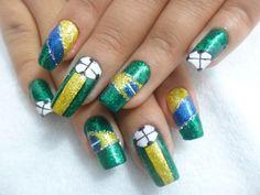 Cansou de unhas decoradas simplesmente com verde e amarelo para a Copa? Aprenda a fazer essas unhas decoradas muito mais estilizadas e arrase na Copa.