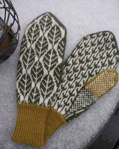 Beautiful knitted center Lilian Irisdotter in Piteå did a couple of ling . Beautiful knitted center Lilian Irisdotter in Piteå first made a pair of lingonberry mittens. But with other colors, the. Knitted Mittens Pattern, Knit Mittens, Knitted Gloves, Knitting Patterns, Fair Isle Knitting, Hand Knitting, Norwegian Knitting, Knitting Projects, Knit Crochet