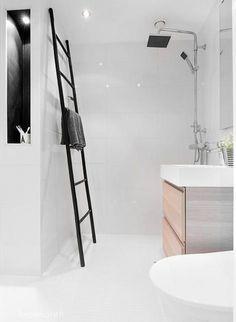 Mała łazienka, to duże wyzwańjie ! jak ją urządzić ? gdzie zmieścić pralkę w małej łazience, wybrać małą wannę czy brodzik z natryskiem i wiele innych pytań, które nurtują posiadaczy małych łazienek. Dzisiaj przedstawiam parę inspirujących pomysłów, które pokazują, jak urządzić pięknie i funkcjonalnie małą łazienkę. Ja jestem zachwycona projektami Studio  Mikołajska – stąd gratuluję i kłaniam się nisko  - popatrzcie, jakie to wspaniałe, estetyczne i na topie aranżacje – są wg mnie znakomite…
