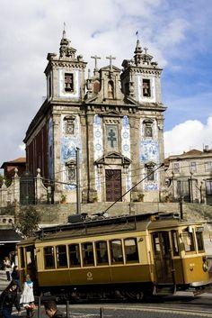 A Igreja de Santo Ildefonso, na Praça da Batalha, no Porto, foi reconstruída em 1730/39, e foi dedicada a Santo Ildefonso de Toledo. Ed. de texto by Lúcia