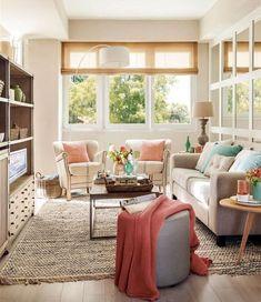 Ideas para decorar salas pequeñas. Sofás clásicos en sala pequeña. Salón con ventanal.