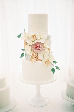 Jessica Lorren Photography Aspen Wedding - Wedding Sparrow | Best Wedding Blog | Wedding Ideas - Cake with florals