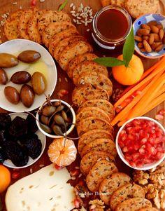 Να σε προετοιμάσω για το Σαββατοκύριακο που έρχεται ή γι΄  απόψε το βράδυ μιας και σαν τα βράδια της Παρασκευής δεν έχει? Έλα, σου... Starters, Finger Foods, Crackers, Sausage, Yummy Food, Snacks, Cookies, Meat, Baking
