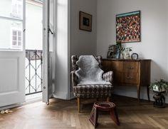 Koti Ruotsissa - A Home in Sweden        Tässä myynnissä olevan kodin sisustuksessa on yhdistelty mielenkiintoisesti erityylisiä huonekalu...