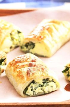 Bacon, spinach,tomato & feta rolls -- Low FODMAP http://www.ibs-health.com/