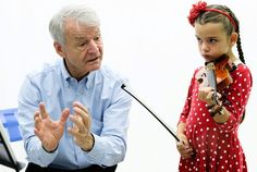 """Géza Szilvay opetti 6-vuotiasta Senny Herleriä torstaina studiossa. Samaan aikaan opetusta seurattiin silmä tarkkana ympäri maapalloa Färsaarilta Australiaan. """"Tämä metodi on innostanut nyt jo kymmeniä – ellei satoja tuhansia – lapsia soittamaan."""""""