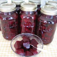 Betteraves marinées pas compliquées | .recettes.qc.ca Beet Recipes, Canning Recipes, Healthy Recipes, Canes Food, Pickles, Marinade Sauce, Curtido, Fermented Foods, French Food