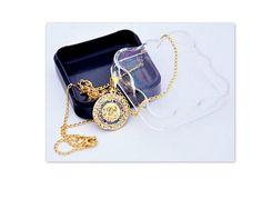 e7a6c30689dfe Linda corrente 28 cm Medalha  2 cm de Altura x 2 cm de Largura Peso  11  gramas. Linda semi -jóia com cristais cravejados, todo trabalhado, luxo  puro R  39, ...