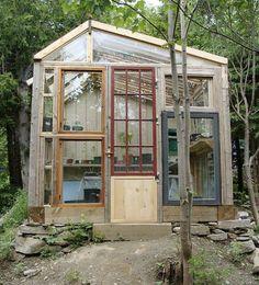 DIY Gewächshaus aus alten Fenstern und Türen. Eine schöne Idee zum Nachbauen.