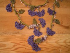 Grün und lila Halskette gehäkelten Blume Blatt von PashaBodrum