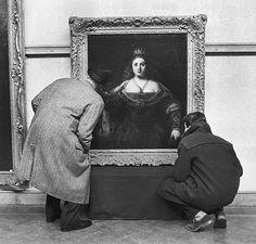 Un jour à #Londres - #1960 - Vente aux enchères de tableaux du peintre #Rembrandt. Deux personnes se penchent sur un tableau représentant le portrait d'une souveraine. Photo : Philippe Le Tellier / #ParisMatch - Plus d'#archives sur @parismatch_vintage by parismatch_magazine