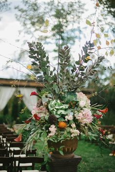Rustic wedding floral arrangements // photo by Jennie Andrews + florals by Samuel Franklin #weddingflorals #southernwedding #castletonfarms