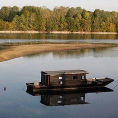 Toue sur la Loire Shanty Boat, Floating Homes, Fantasy House, Boat House, Houseboats, Boat Design, Boating, Tiny Houses, Camper