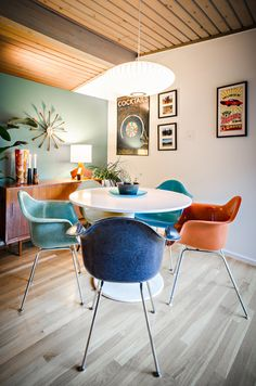 Mid century modern Eames shell chairs in a selection of colors. Décoration Mid Century, Mid Century House, Mid Century Style, Mid Century Modern Dining Room, Mid Century Modern Decor, Mid-century Interior, Modern Interior Design, Mid Century Interior Design, Chinese Interior