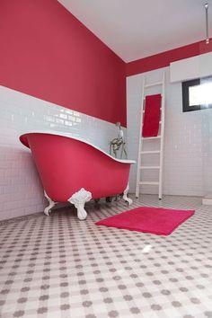 Une salon de bains pleine de pep's en blanc et rose