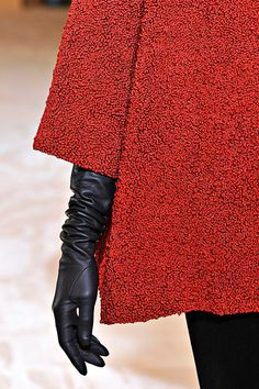 Detail  :: >>Love the contrasts: red and black, boucle texture and smooth leather. Nice!