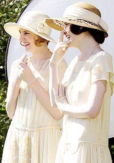 Laura Carmichael and Michelle Dockery #DowntonAbbey 3x08 behind the scenes
