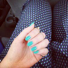 Cudowne niebieskie paznokcie.