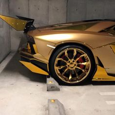 Amazing Gold Wroapoed Lamborghini Aventador. Photos by @adeel_ssj4