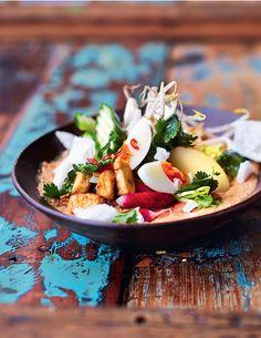 """Dit heerlijke recept voor gado gado komt uit Jamie Oliver's nieuwe boek """"Jamie's comfort food"""". Uitgegeven door Kosmos Uitgevers en te koop voor € 29,99. """"Dit is een van oorsprong Soendanese megasalade die je in het Indonesische Jakarta tegenwoordig overal op straat kunt kopen. Gado gado betekent letterlijk mengelmoes of potpourri, wat verwijst naar de verschillende seizoensgroenten en ingrediënten […]"""