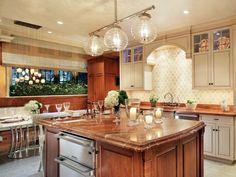 Интерьер со встроенной кухней.
