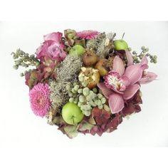 Rond laag opgemaakt herfstbloemstuk roze op een schaal.