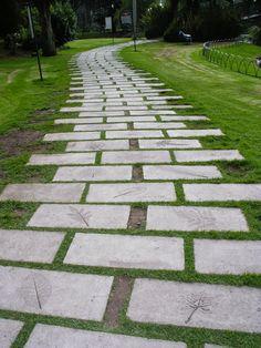 Losa de cemento chino lavado sobre cesped sin instalacion for Jardines patios exteriores