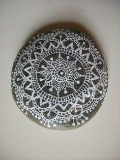 Galet de rivière Mandala dentelle presse-papier : Accessoires de maison par l-atelier-de-lefki