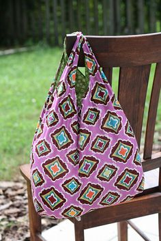 Sewing Bags Tutorial: Fat Quarter Reusable Grocery Bag with free pattern Diy Bags Patterns, Sewing Patterns, Purse Patterns, Crochet Diy, Reusable Shopping Bags, Diy Reusable Bags, Fabric Bags, Fabric Basket, Simple Bags