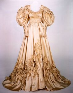 """1939 - The wedding dress worn by Vivien Leigh as 'Scarlett O'Hara' in """"Gone With the Wind"""" Scarlett O'hara, Scarlett Dresses, Vintage Gowns, Vintage Outfits, Vintage Fashion, Vivien Leigh, Costume Hollywood, Designer Wedding Dresses, Wedding Gowns"""