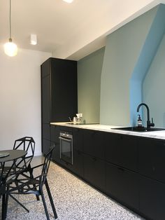 Best No Cost 45 ikea kungsbacka kitchen ideas for 2019 Suggestions On among my very regular trips to IKEA I discovered cheaper missing platforms that have been an ide Black Ikea Kitchen, Small Kitchen Cabinets, Black Kitchens, New Kitchen, Kitchen Lighting Over Table, Small Space Interior Design, Kitchen Wall Colors, Apartment Kitchen, Kitchen Flooring