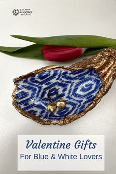 Our blue and white oyster shell jewelry dishes make a great Valentine gift. The post Oyster Shell Jewelry Dish Valentine Gift appeared first on Classic Legacy Custom Gifts. Jewelry Dish, Shell Jewelry, Customized Gifts, Custom Gifts, Diy Projects For Beginners, Great Wedding Gifts, White Gift Boxes, Chinoiserie, Bridesmaid Gifts
