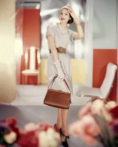 Anne Saint-Marie in beige wool jersey dress belted in brown suede Vogue 1959 © Horst P. Vintage Fashion 1950s, Vintage Couture, Vintage Models, Retro Fashion, Vintage Style, Vintage Photos, Fashion Images, Fashion Models, Fashion Styles