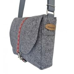 schultertasche-filz-grau-ansicht-seitlich-haengend Vanity Bag, Felt Purse, Types Of Bag, Wool Fabric, Other Accessories, Messenger Bag, Purses And Bags, Satchel, Diy Bags