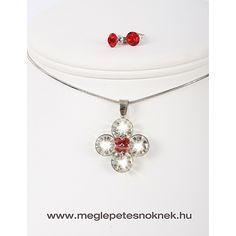 Gyönyörű, exkluzív Swarovski kristályos nyaklánc és fülbevaló szett. A bedugós fülbevaló 1-1 db kb 7 mm átmérőjű piros kristályt tartalmaz. A nyaklánc medálja 4 szirmú virágot formáz, a szirmok fehér kristályokból állnak, 4 db egyenként 9 mm átmérűjű kristályokból. A szirmok közepén 4 db 3 mm átmérőjű piros kristály található. A medál és a fülbevaló nemesacél foglalatban található.