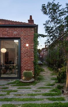 Baffle House by Clare Cousins Architects is a compact addition to an otherwise unassuming Edwardian cottage in Melbourne. Clare Cousins, Landscape Design, Garden Design, Red Brick Exteriors, Contemporary Garden, House Tours, Outdoor Gardens, Cottage, Backyard