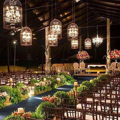 Decoração | Lustres de cristal enjaulados em um caminho de noiva para uma cerimônia no jardim criado por @patriciavaks. Os arranjos baixos ao longo da passarela deixou todo o conjunto em perfeito equilíbrio. #icasei #decoraçãodecasamento #weddingdecoration #casamento #wedding#festadecasamento#caminhodanoiva#altar