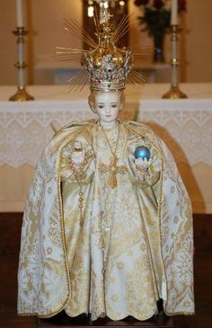 National Shrine of the Infant Jesus - any Catholics please explain. Infant Of Prague, Jesus Clothes, Jesus Loves Us, Pictures Of Jesus Christ, Church Of Our Lady, Catholic Art, Baby Jesus, Mother Mary, Violets