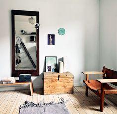 Indbyggede møbler som på et skib var Sørens løsning, da han skulle udnytte al pladsen i den treværelses lejlighed, han deler med sine døtre.