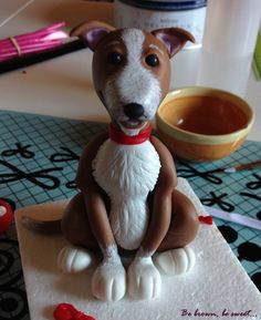 "Topper del perro Figo, un precioso cruce de podenco. Está modelado en fondant a semejanza del ""original""."