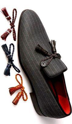 タッセル付きの革靴と同じように、コットンの靴にもタッセルでオシャレに。