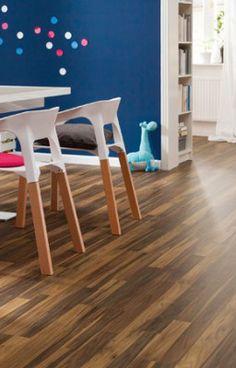 Nussbaum SB aus der Kollektion Nalem Trio von Hometrend ist ein 3-Stab-Schiffsboden mit leichter Pore und seidenmattem Glanz. Die dezente Maserung von Nussbaum SB und der angenehme Farbton harmonieren perfekt mit einem modernen Einrichtungsstil und vermitteln natürliche Eleganz in allen Räumen.