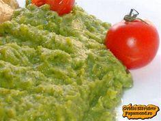 PIURE DE BROCOLI   Ce mă atrage pe mine foarte mult la broccoli este piureul ce rezultă din această legumă şi în special cel preparat cu usturoi.  De ce? Pentru că seamănă foarte mult cu urzicile frecate cu usturoi după care mă dau în vânt, urzici care, după cum ştim, nu se găsesc tot anul aşa că le înlocuiesc cu piure de broccoli. Broccoli, Guacamole, Mexican, Cooking, Ethnic Recipes, Food, Green, Salads, Cucina