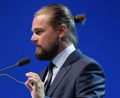 Man buns are the top men's hairstyle for long hair. Check out the latest ways to wear man bun styles for all hair types, even braids and dreadlocks. Popular Mens Hairstyles, Cool Mens Haircuts, Stylish Haircuts, Cool Hairstyles For Men, Men's Haircuts, Leonardo Dicaprio, Dreads, Man Bun Undercut, Man Bun Styles