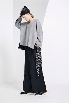 Issey Miyake Pre-Fall 2015 Fashion Show Live Fashion, Fashion Show, Style Casual, My Style, Pull Sweat, Japanese Fashion Designers, Mode Vintage, Issey Miyake, Ready To Wear